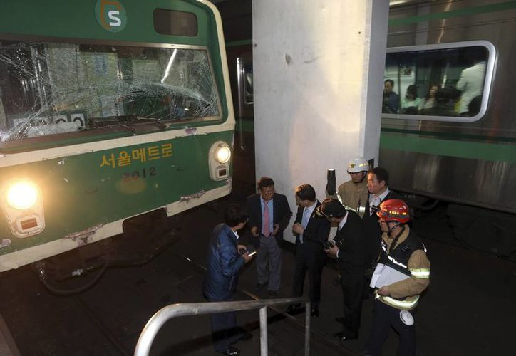 Investigadores inspeccionan el lugar de colisión entre dos trenes en la estación del metro de Sangwangshipri en Seúl, Corea del Sur. (Agencias)