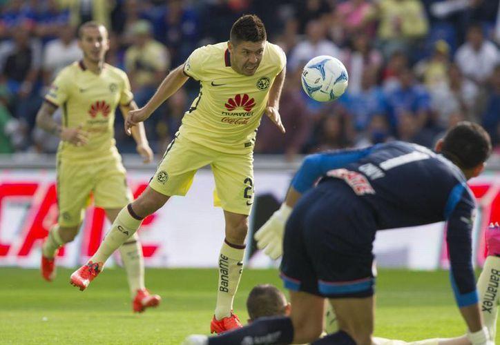 Oribe Peralta solo tuvo que cabecear un gran centro para inaugurar el marcador del juego América contra Cruz Azul, que perdió como local 2-0. El otro gol fue de Benedetto. (Notimex)