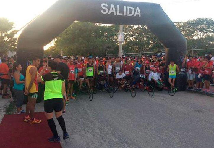 Nutrido 'contingente' inició la carrera por el Día Internacional del Bombero, en Mérida. El ganador d de la categoría libre fue Irving Villa. (Twitter: @PoliciaYucatan)