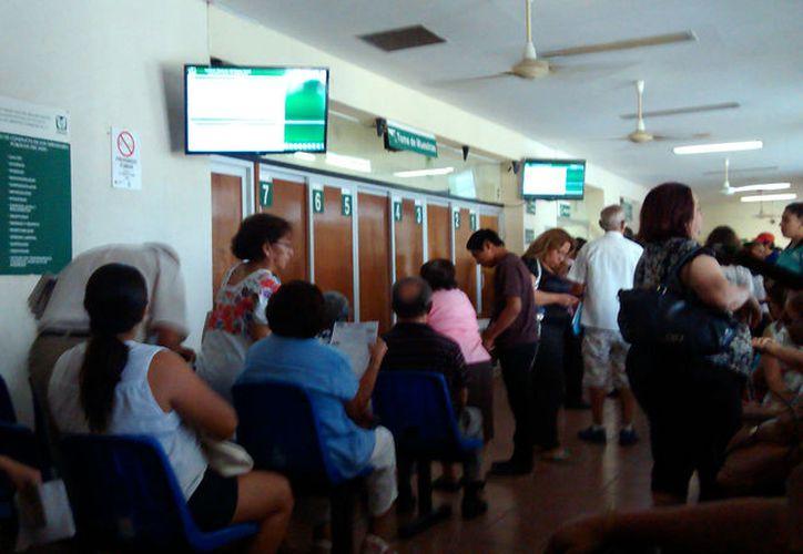 En el Laboratorio del IMSS La Ceiba, en Mérida, el sistema de toma de muestras de sangre cambió: ahora los derechohabientes son asignados al químico a través de un sistema que puede monitorearse en un pantalla de televisión. (SIPSE.com)