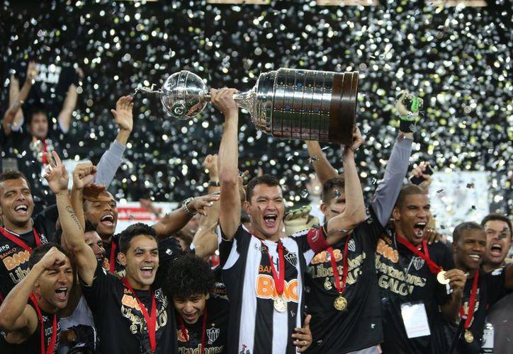 Jugadores del Atlético Mineiro de Brasil celebran su triunfo en penaltis ante Olimpia de Paraguay el 24 de julio de 2013, en la final de la Copa Libertadores. (EFE/Archivo)