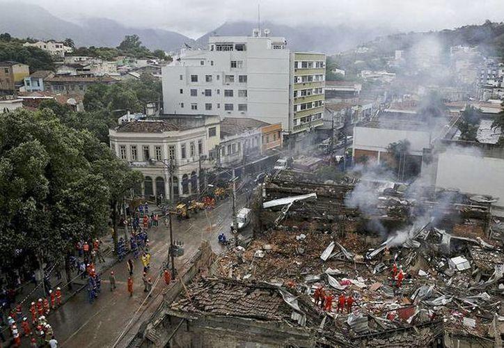 La explosión en el primer piso de un edificio de departamentos del barrio Fazenda Botafogo, en Rio de Janeiro, dejó 5 muertos y 13 heridos. (elcomercio.pe)