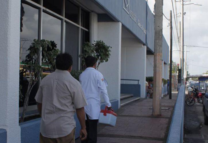 Los derechohabientes deben esperar horas para ser atendidos, aunado a la falta de medicamentos.  (Joel Zamora)