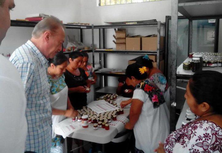 Las mujeres realizan su producción de mermelada de pitahaya en la zona rural. (Redacción/SIPSE)