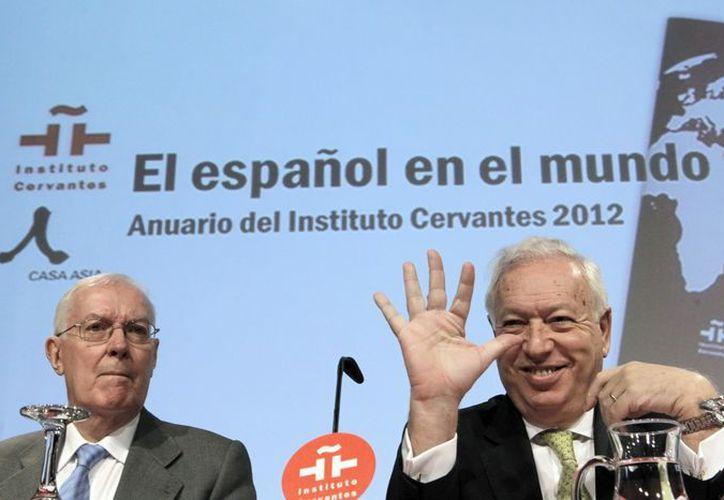 El ministro de Asuntos Exteriores, José Manuel García Margallo (d), acompañado del director del Instituto Cervantes, Víctor García de la Concha, durante la presentación del Anuario de esta institución. (EFE)