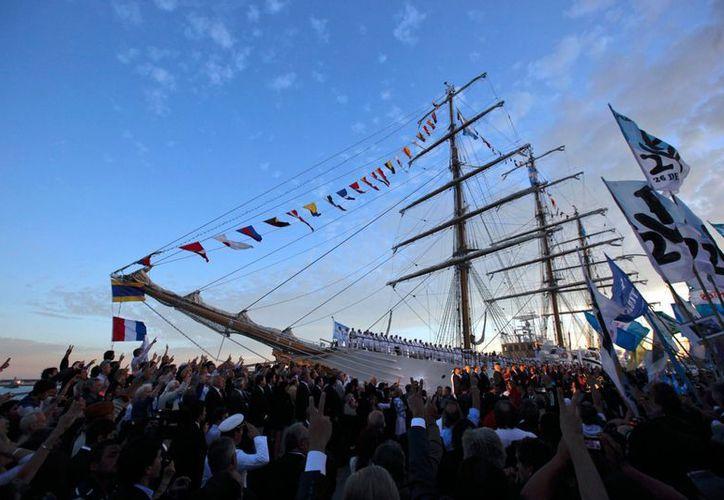 En la Base Naval de Mar del Plata, la fragata fue recibida por la presidenta Cristina Fernández quien encabezó el acto de bienvenida oficial. (Agencias)