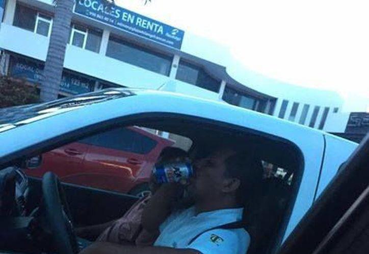Fue captado ingiriendo bebidas alcohólicas mientras conducía. (Facebook)