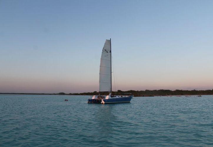 Los paseos nocturnos en la laguna de Bacalar están prohibidos. (Javier Ortiz/SIPSE)
