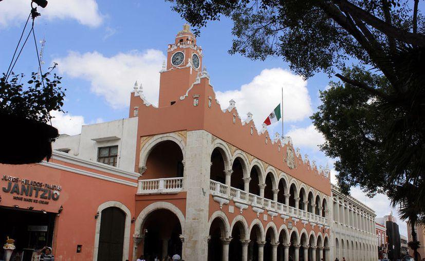 En el Palacio Municipal hay 12 escudos de la capital yucateca. (Novedades Yucatán)