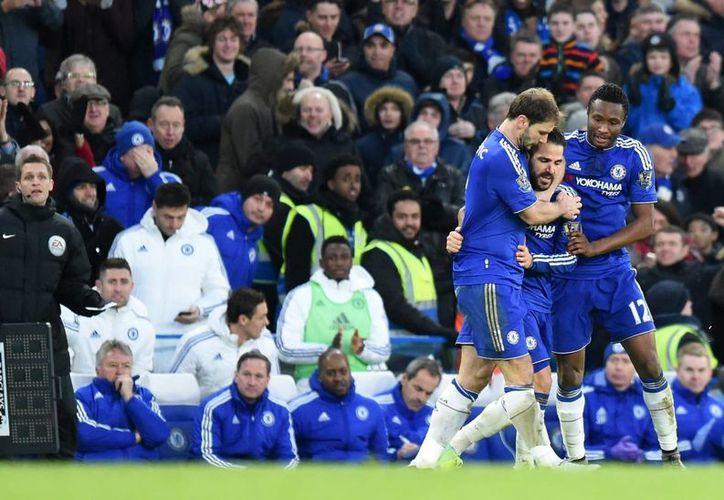 El centrocampista del Chelsea Cesc Fabregas (C) celebra con sus compañeros un gol durante el partido de Premier League que han jugado Chelsea y Everton en Stamford Bridge en Londres, Reino Unido. (EFE/EPA)