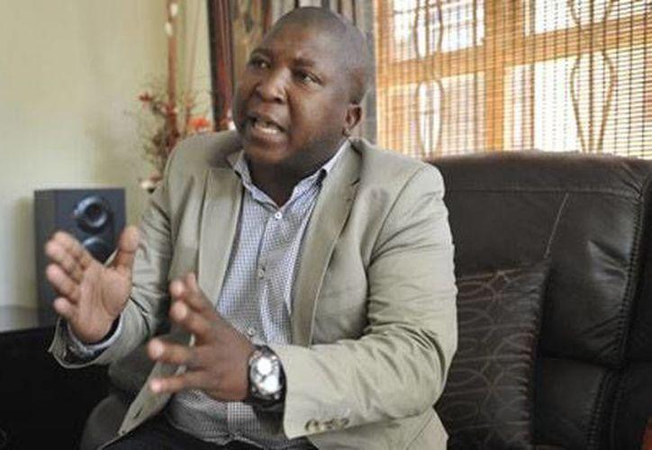 Thamsanqa Jantjie fue el intérprete del lenguaje de señas en el funeral de Mandela, pero está acusado de 'falsear' la tradución. El polémico 'traductor' que actualmente se está sometiendo a exámenes médicos, lo que no se pudo comprobar en el hospital al que dijo que asiste. (The Guardian)