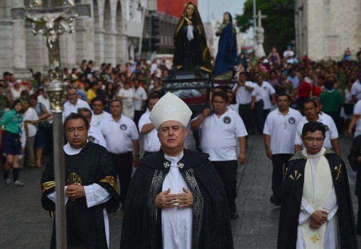 El Arzobispo de Yucatán Monseñor Emilio Carlos Berlie Belaunzarán, durante la procesión. (Luis Pérez/SIPSE)