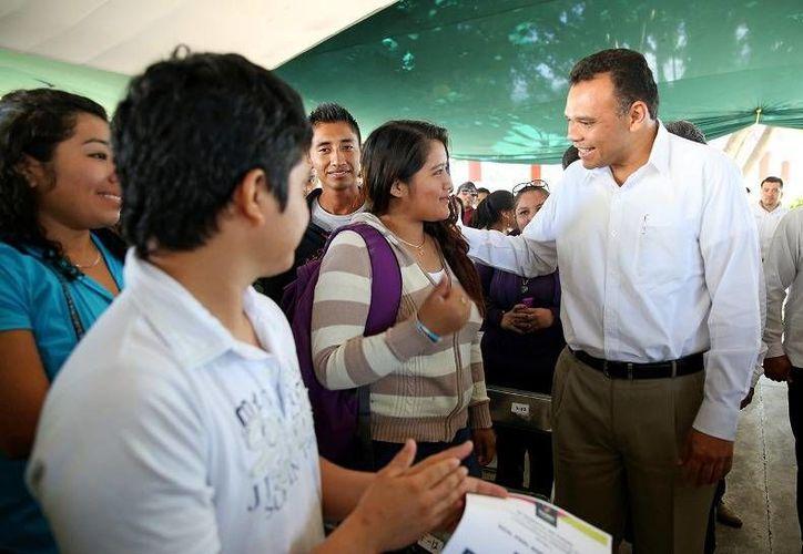 El gobernador Rolando Zapata entregó ayer mil 572 apoyos del Pronabes a estudiantes del ITM y de la UTM. (Cortesía)
