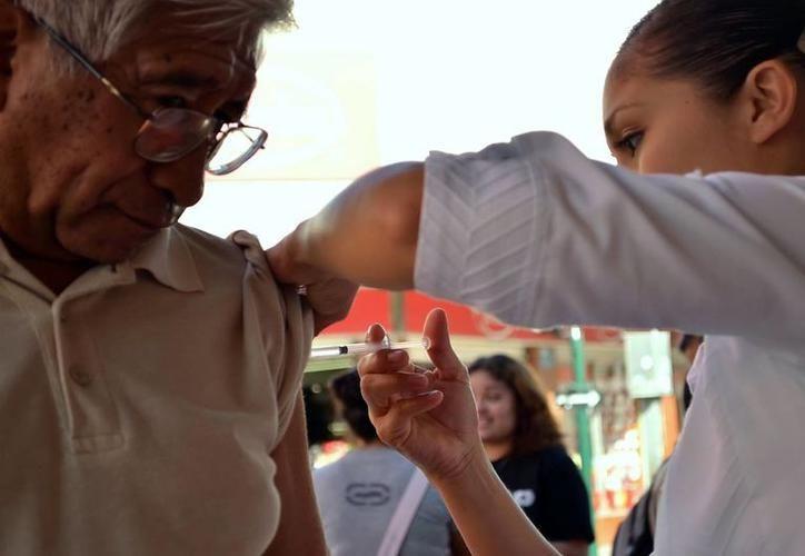 Especialistas recomiendan abrigarse y evitar cambios bruscos de temperatura para no enfermarse, además  de aplicarse la vacuna.  (Foto: Milenio Novedades)