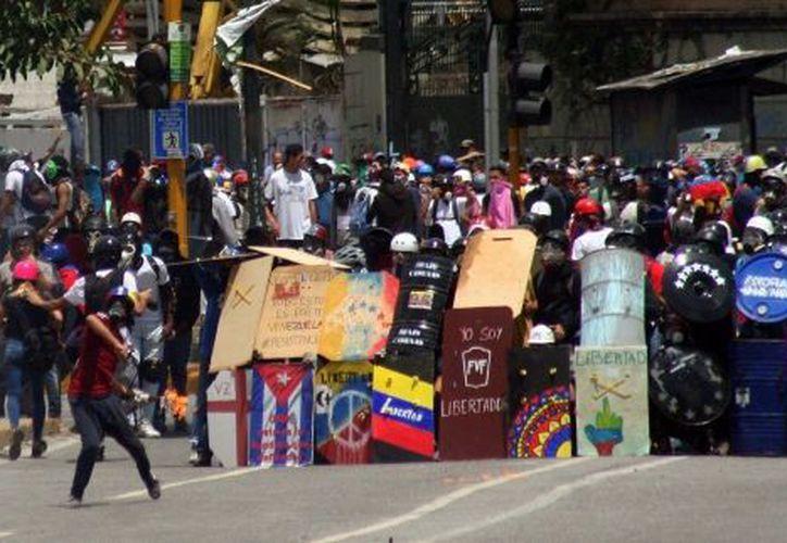 Un joven perdió la vida el lunes al recibir un balazo cuando participaba en una manifestación en Venezuela. (Notimex)