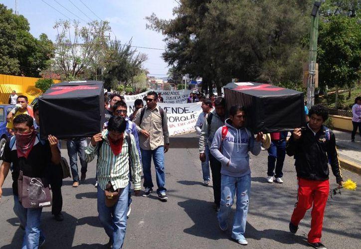 Estudiantes normalistas y padres de familia, realizaron una marcha en Chilpancingo, Guerrero, donde fueron respaldados por maestros de la CETEG cerrando la Autopista del Sol. (Notimex)