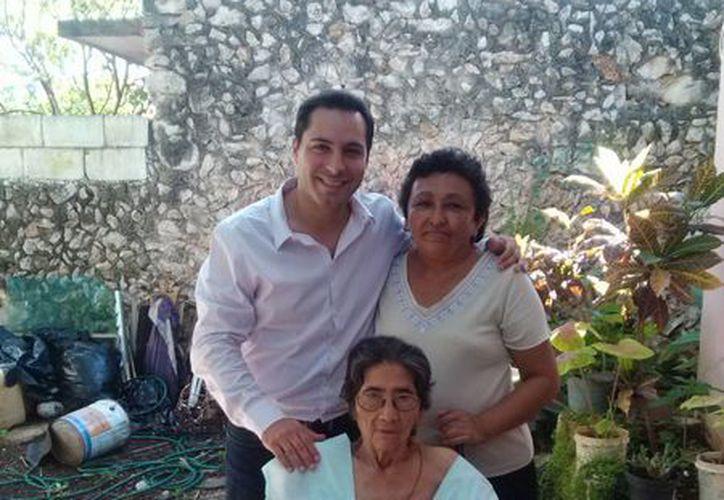 Margarita Martínez recibió una silla de ruedas del diputado Mauricio Vila Dosal. (SIPSE)