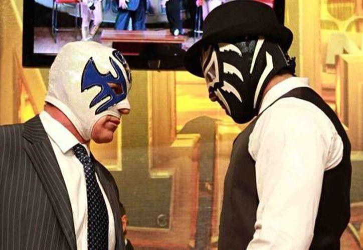 Un máscara vs máscara se vivirá este viernes 18 de septiembre,  entre Atlantis (i) y La Sombra se llevará cabo en la Arena México, en la función de aniversario del CMLL. (Archivo Notimex)