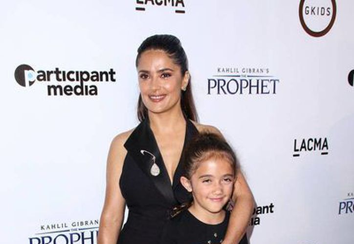 La actriz Salma Hayek asegura que ya no recibe llamados de los estudios de Hollywood, pero que 'no le importa' porque tiene otros trabajo. En la imagen, aparece con su hija, Valentina. (AP/Archivo)