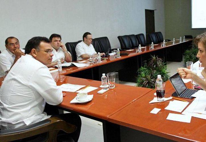 Ayer el gobernador Rolando Zapata encabezó la reunión de la Red Digital, donde se acordó reforzar el programa en todo Yucatán para ubicarla como una de las entidades con mayor conectividad. (Cortesía)