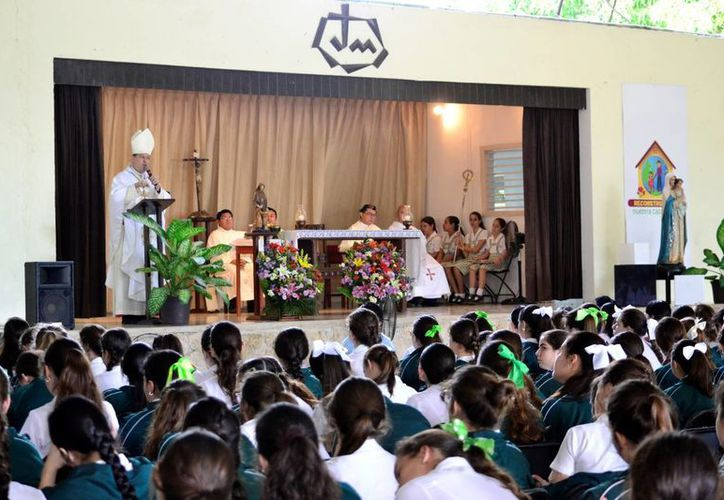 Con un misa concelebrada por el Arzobispo, el Colegio Mérida recordó a su fundadora: Santa Claudina, de la orden de Jesús-María. (Daniel Sandoval/SIPSE)