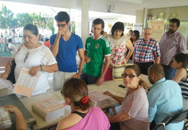 En las casillas ubicadas en el Colegio Libanés Peninsular de la colonia México Norte desde temprano hubo jóvenes emitiendo su voto. (Cecilia Ricárdez/SIPSE)