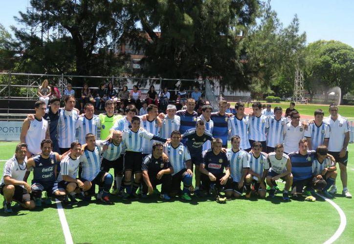 Jugadores del seleccionado argentino de fútbol para ciegos posan con integrantes de la selección argentina de fútbol sala en la inauguración del Estadio Nacional Los Murciélagos, para invidentes.  (EFE)