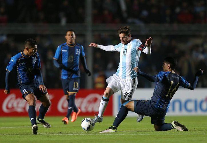 El crack argentino Lionel Messi se lesionó este viernes en partido amistoso ganado por Argentina a Honduras previo a la Copa América Centenario. (AP)