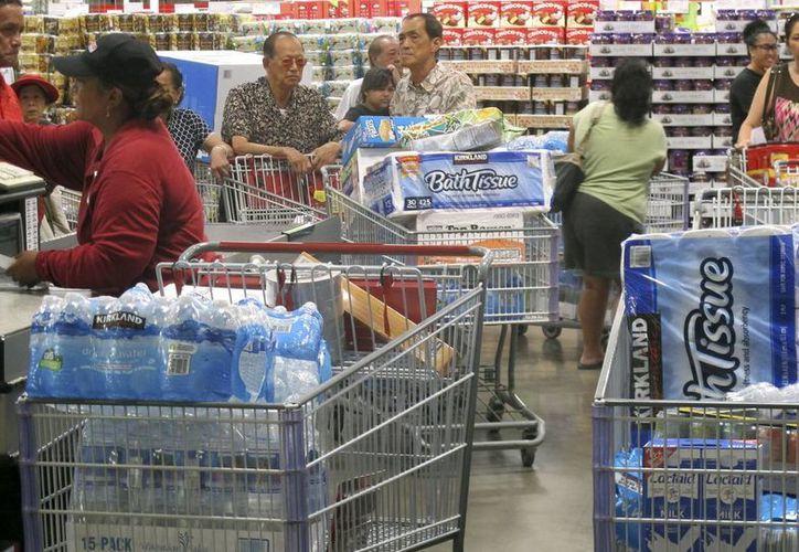 Ciudadanos realizan compras en una tienda de Honolulú, Hawái, el martes 5 de agosto de 2014 en preparación para la llegada de un huracán y una tormenta tropical. (Foto AP/Audrey McAvoy)