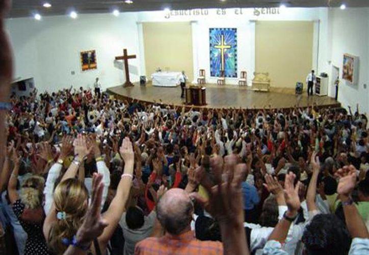 """Las viejas salas de cine fueron adquiridas por el importante consorcio religioso de Brasil, cuyo slogan es """"Pare de sufrir"""". (taringa.net)"""
