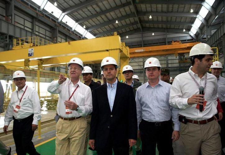 Enrique Peña Nieto y Paolo Rocca, presidente del Consejo de Administración de la empresa, inauguran la planta que tuvo una inversión de mil 100 millones de dólares. (Presidencia.gob.mx)