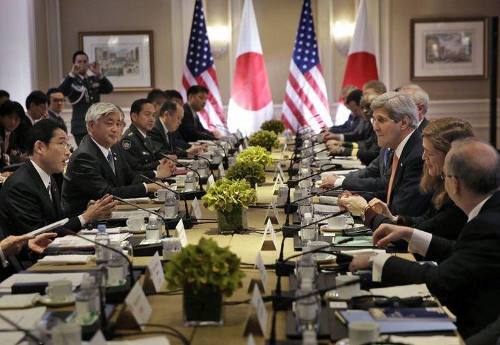 Aspecto de la reunión que sostuvieron los representantes del Ministerio de Asuntos Exteriores de Japón y de la Secretaría de Estado de EU en Nueva York este lunes. (EFE)