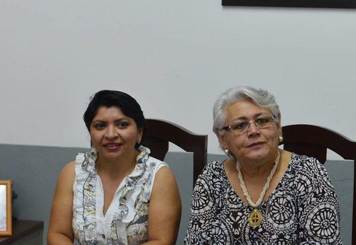 En la imagen, la Delegada del Issste, Leticia Mendoza Alcocer y la Directora del registro Civil, Martha Góngora Sánchez durante la firma de convenio para eliminar el pase de vigencia presencial. (Milenio Novedades)