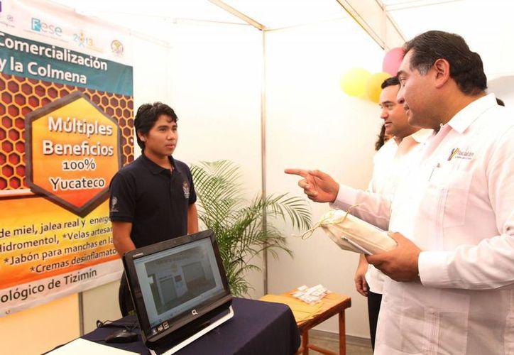Caballero Durán platicó con varios participantes del Tercer Día Regional del Emprendedor 2013, en el ITM. (Cortesía)