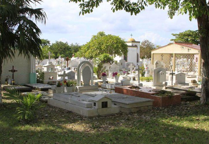 En el panteón Campos del Recuerdo más de 60 tumbas están destapadas. (Ángel Castilla/SIPSE)