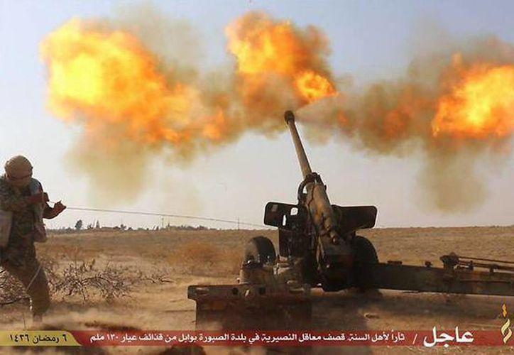 Imagen de un cibersitio de milicianos del grupo extremista Estado Islámico, donde muestra parte de su artillería. (Archivo/Agencias)