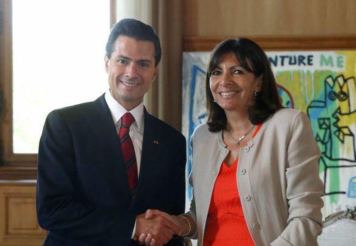 El presidente de México culminó su visita a Francia con la firma de al menos 60 acuerdos. En la foto, Peña Nieto con la alcaldesa de París, Anne Hidalgo en la sede de la Alcaldía, Hotel de Ville.