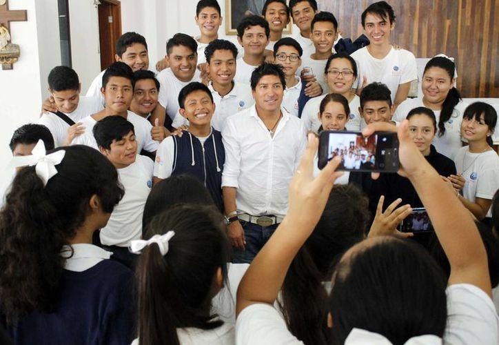 Iván Zamorano se tomó decenas de fotos con los estudiantes. (Yajahira Valtierra/SIPSE)