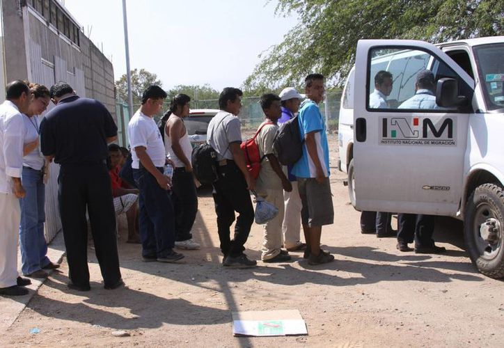La PGR puso a disposición de un juez a cuatro mexicanos y un hondureño detenidos cuando transportaban a 14 migrantes indocumentados centroamericanos. (EFE/Archivo)