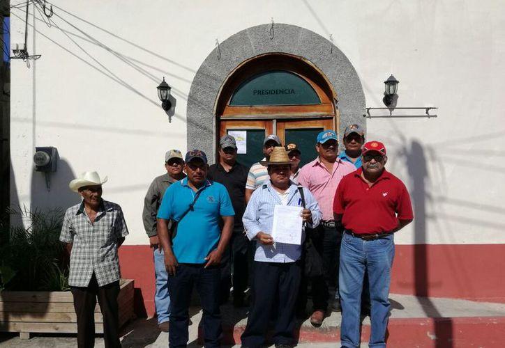Cerca de 10 habitantes se apersonaron en el palacio, pues desde mayo solicitaron atención en la localidad y no reciben respuesta. (Javier Ortiz/SIPSE)