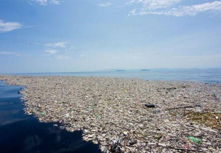 La zona de alta acumulación de residuos flotantes detectada entre California y Hawai es denominada la Gran Mancha de Basura del Pacífico (Foto: Vanguardia)