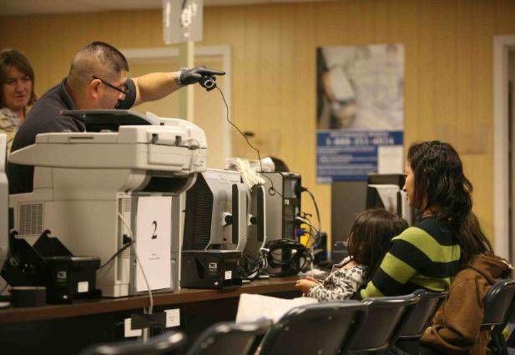 De los más de mil migrantes detenidos en Nuevo México, unos 370 fueron deportados a sus países de origen. (abqjournal.com)