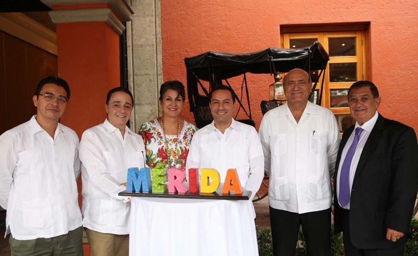 Ricardo Dájer Nahum (segundo desde la derecha), dirigente de la Cámara Mexicana de Hoteles de Yucatán (CMHY), quien acompaña al alcalde de Mérida y otras autoridades en una serie de eventos de promoción turística en la CdMx, anunció que Mérida contará con 17 nuevos hoteles de lujo el año que viene. (Foto del Ayuntamiento de Mérida)