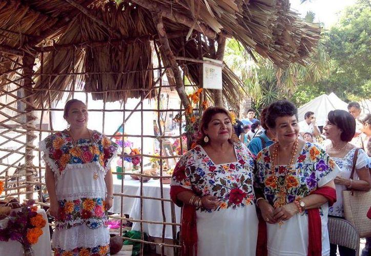 Paulina del Rosario Cetina Amaya (centro) renunció a su cargo como directora del Instituto para la Equidad de Género de Yucatán para ir por una diputación. (Facebook)