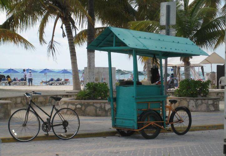 Señalan que los comerciantes semifijos y ambulantes presentan una mala imagen para el turismo. (Lanrry Parra/SIPSE)