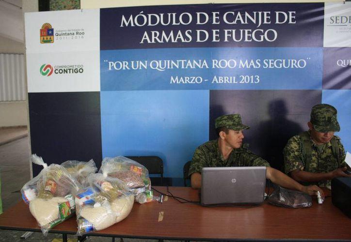 Durante 2013 se lograron recuperar más de mil cartuchos útiles, 150 armas y una granada de fragmentación. (Harold Alcocer/SIPSE)