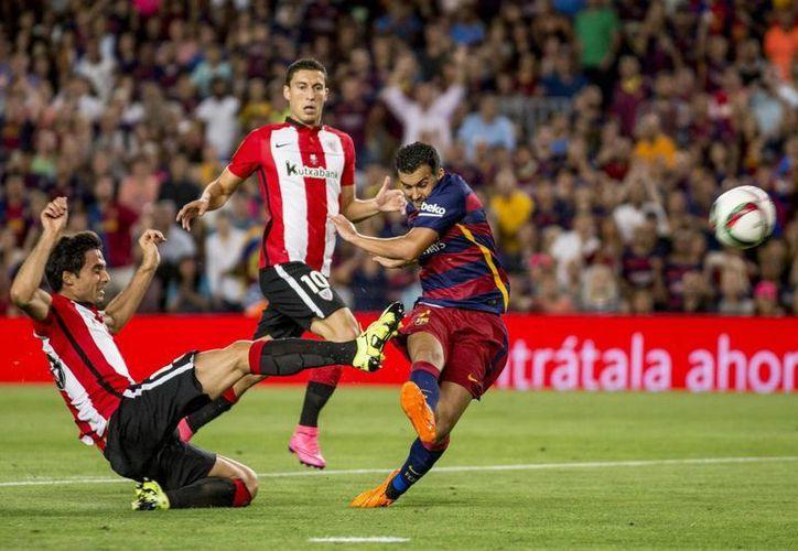 Pedro Rodríguez (c), quien patea el balón durante el partido de la Super Copa de España entre Barcelona y Athletic de Bilbao, es nuevo jugador del Chelsea. (Notimex)