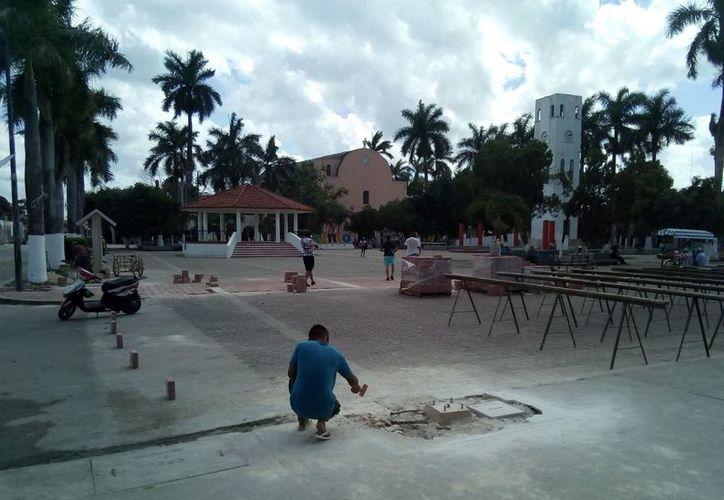 Los trabajo de rehabilitación en el parque de Carrillo Puerto iniciaron en octubre pasado y el atraso obedece a cuestiones climáticas. (José Chi/SIPSE)