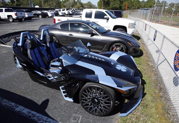 El vehículo de Yoenis Céspedes, jardinero de los Mets de Nueva York. El beisbolista protagonizó una exhibición de automóviles personalizados en calles de Miami. (AP)