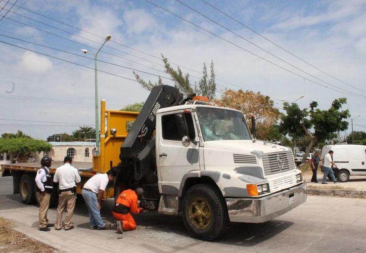Una menor de edad fue atropellada por una grúa, que le cerró el paso a la motocicleta en la que viajaba con su papá, en Cancún. (Redacción)